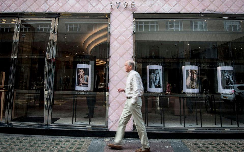 В Великобритании женщина похитила из ювелирного магазина 7 бриллиантов на 4,2 миллиона фунтов, подменив их галькой