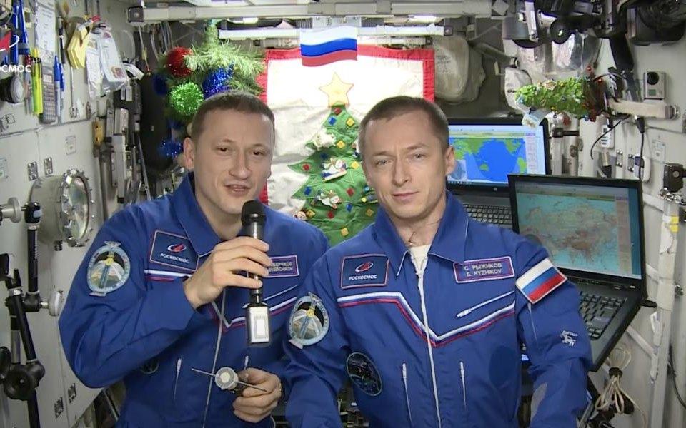 Российские космонавты наМКС остались безновогодних подарков, но неотчаялись ипоздравили всех жителей Земли