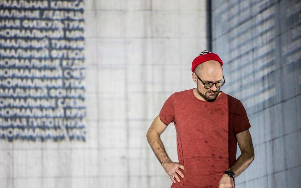 «Этот текст как ребус»: Максим Диденко поставил спектакль помотивам «Нормы» Владимира Сорокина