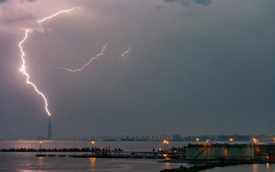 На Петербург обрушилась мощная гроза, молнии ударяли в высотные здания и крест собора. Несколько человек пострадали