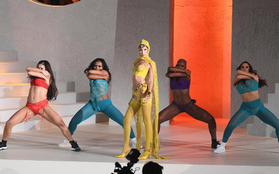 Модель Белла Хадид рассказала, что «не чувствовала себя сильной» напоказах Victoria's Secret