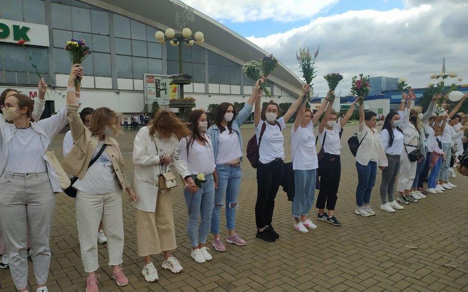 В Минске несколько сотен женщин сцветами вруках встали вцепь взнак поддержки пострадавших демонстрантов