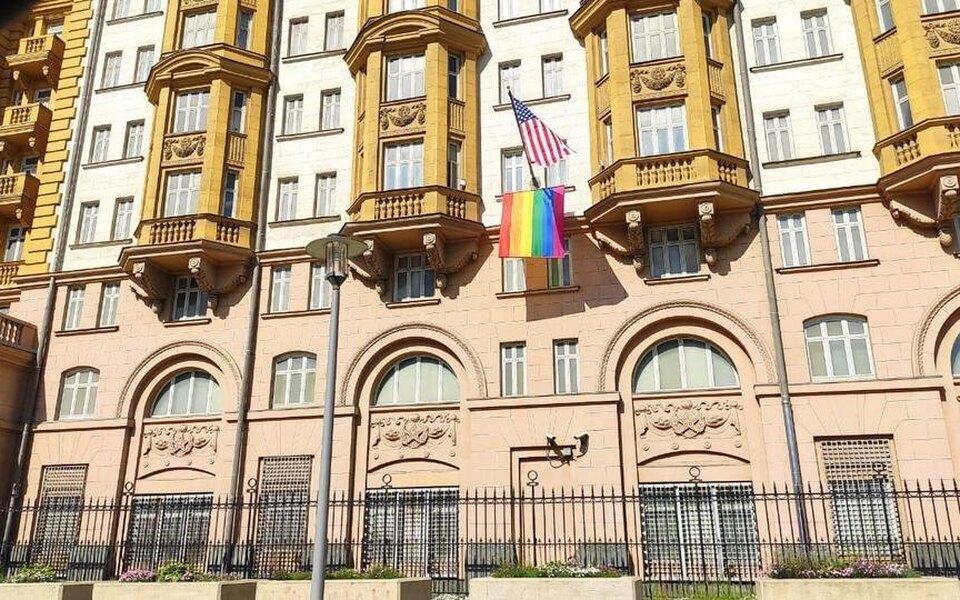 На здании американского посольства вМоскве заметили флаг ЛГБТ