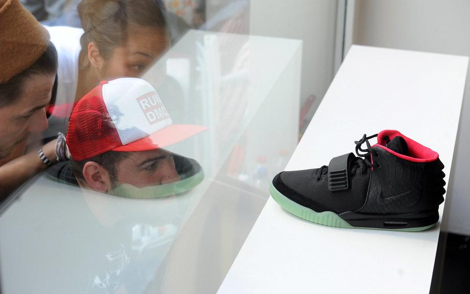 Самыми дорогими кроссовками, проданными на eBay за 25 лет, стали Air Jordan 12 OVO. Их купили за $100 тысяч