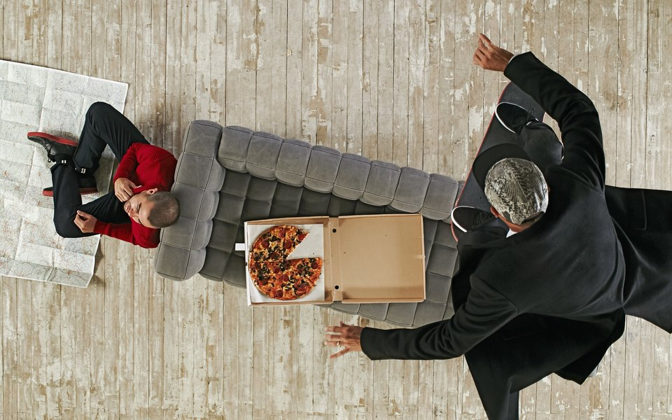 Эрик Костон ест пиццу вполете