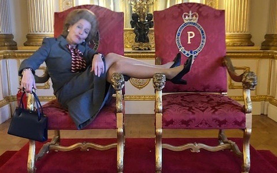 Джиллиан Андерсон вобразе Маргарет Тэтчер выложила фото накоролевском троне. Создателей сериала «Корона» это, кажется, ненасмешило