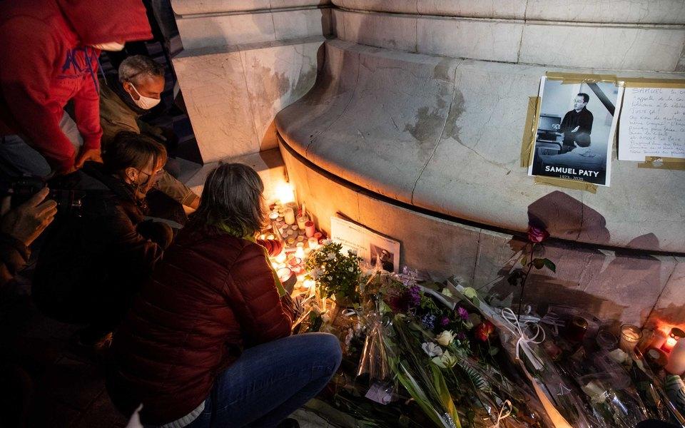 Во Франции предъявили обвинения семи подозреваемым по делу об убийстве учителя после того, как тот показал на уроке карикатуру на пророка Мухаммеда