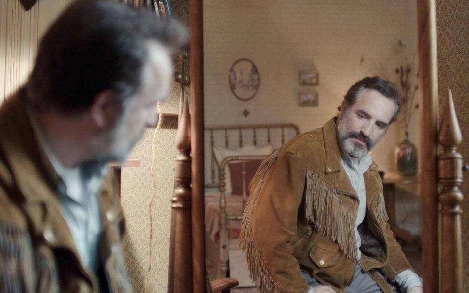 «Оленья кожа» — французский фильм омужчине, влюбленном всвою кожаную куртку. Мы поговорили сисполнителем главной роли Жаном Дюжарденом