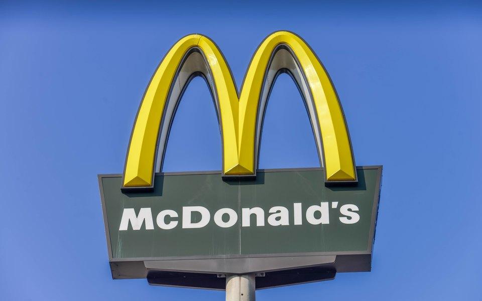 Работник «Макдоналдс» 2,5 года подкладывал всем клиентам дополнительный наггетс. Всоцсетях его считают героем