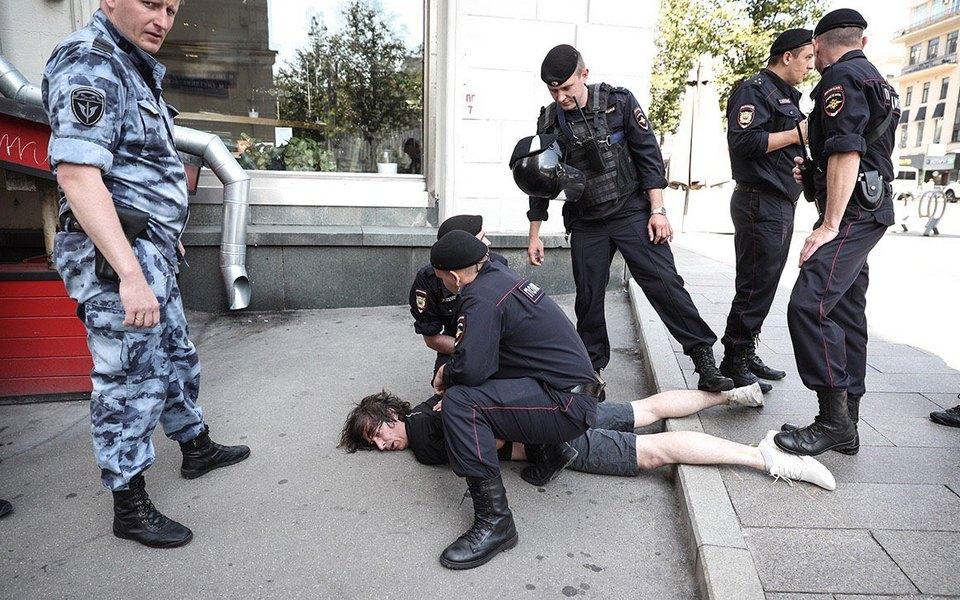 СМИ провели собственное расследование иустановили личность полицейского, который сломал ногу дизайнеру Константину Коновалову во время задержания
