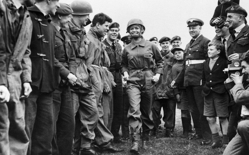 Ринулись вкрой: Чем современная мода обязана войне