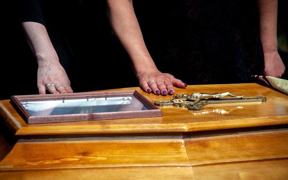 В Пулково перепутали сданные пассажирами гробы. Кубанец обнаружил ошибку во время похорон жены