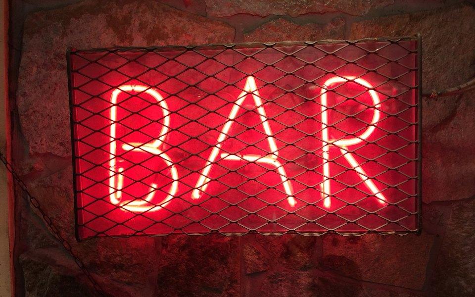 В московском баре обнаружили тайные комнаты, где посетителям наливали после 23 часов