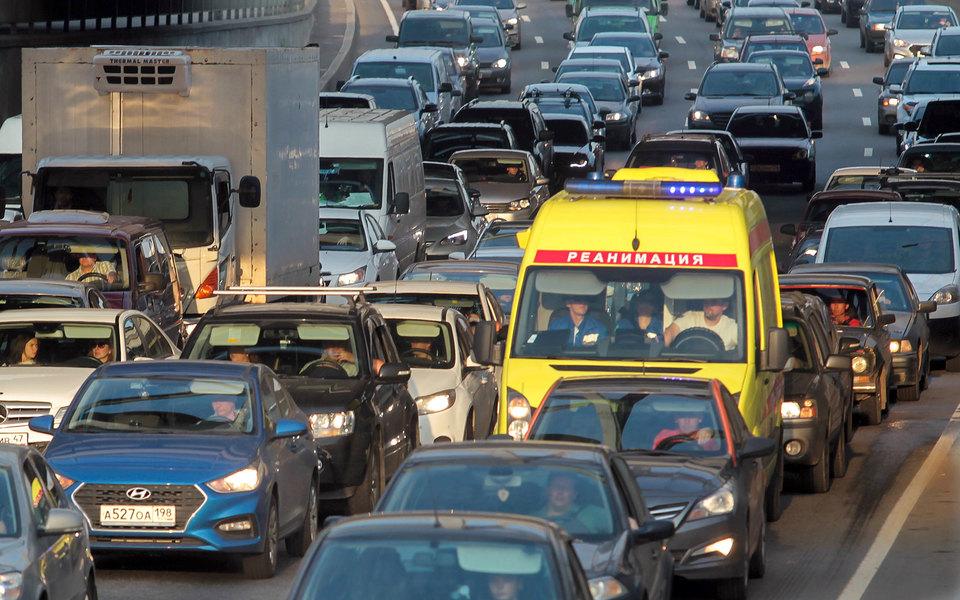 Водителям, непропустившим машину скорой помощи, будет грозить уголовная ответственность