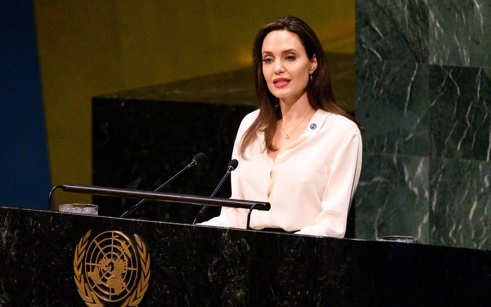 Анджелина Джоли пишет книгу дляподростков