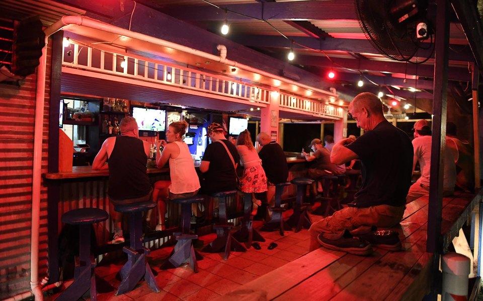 Госдума приняла впервом чтении закон, запрещающий продавать алкоголь вмаленьких барах вжилых домах