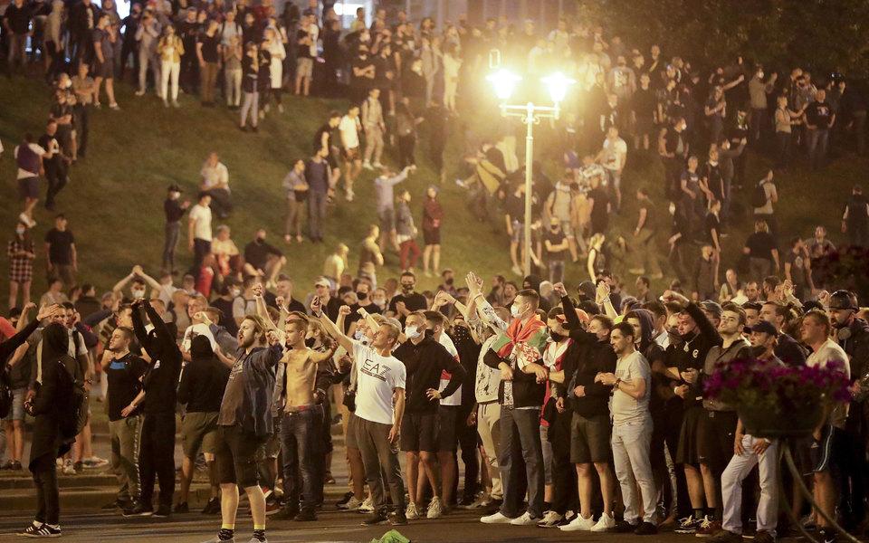 Тысячи людей вышли напротесты вМинске идругих городах Беларуси после выборов. Главное