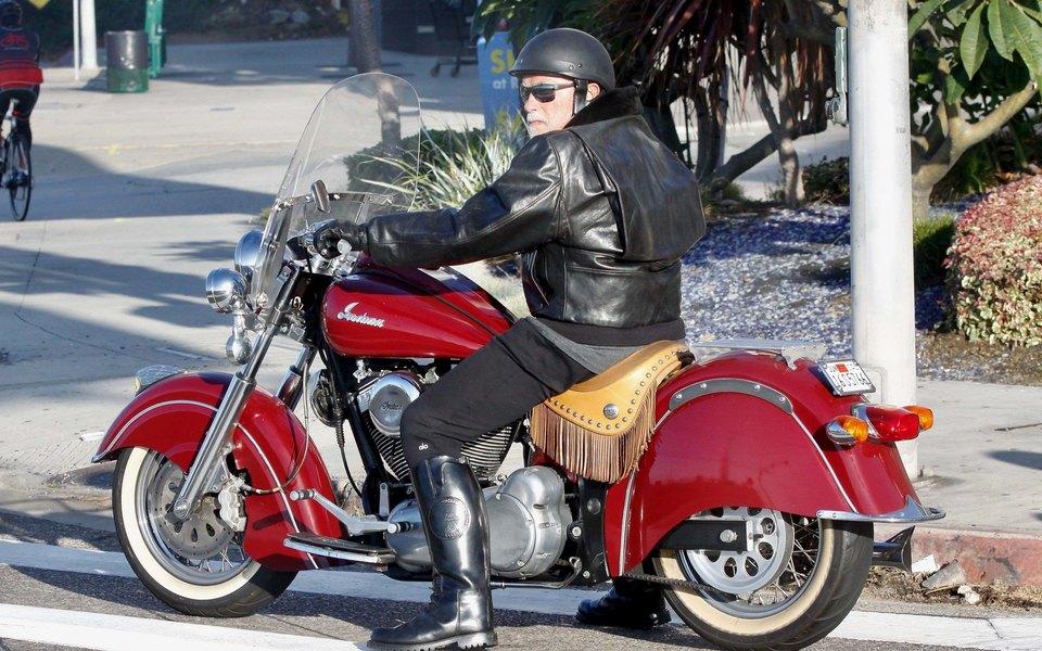 Арнольд Шварценеггер впервые стал дедушкой и по этому случаю сделал круг по городу на своем мотоцикле