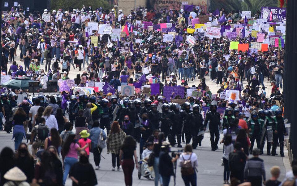 Марш феминисток в Мехико