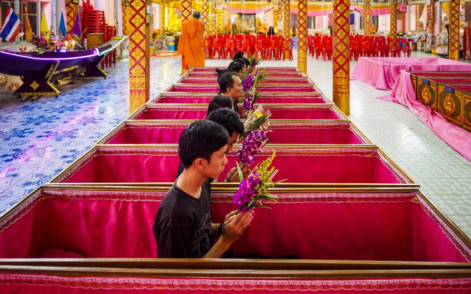 Жители Таиланда устраивают собственные похороны, чтобы избавиться отстресса иначать новую жизнь