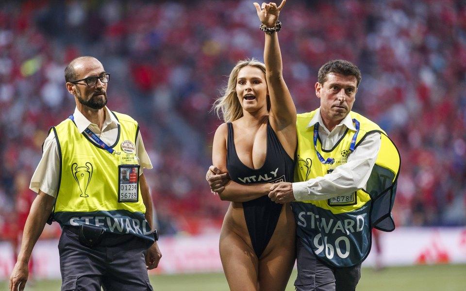 Модель заночь набрала миллион подписчиков винстаграме, выбежав наполе вкупальнике вфинале Лиги чемпионов