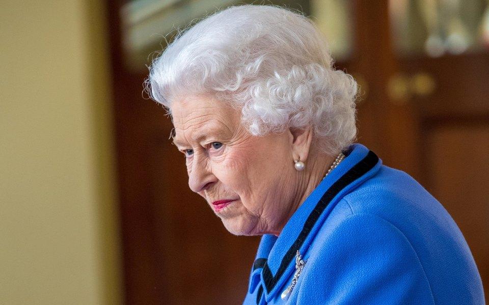Елизавета II вернулась к исполнению королевских обязанностей после смерти принца Филиппа