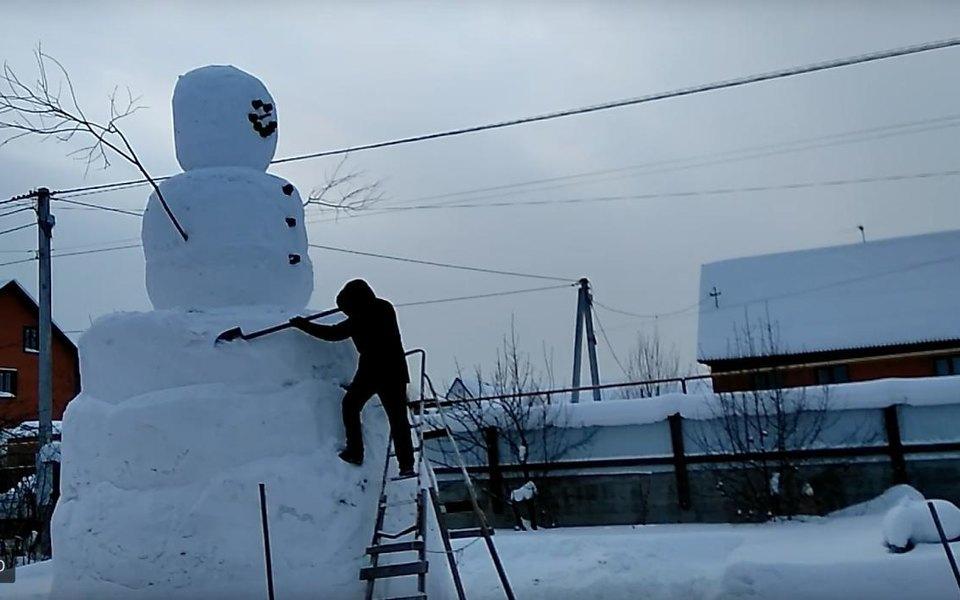 Студент изТюменской области слепил снеговика ростом сдвухэтажный дом