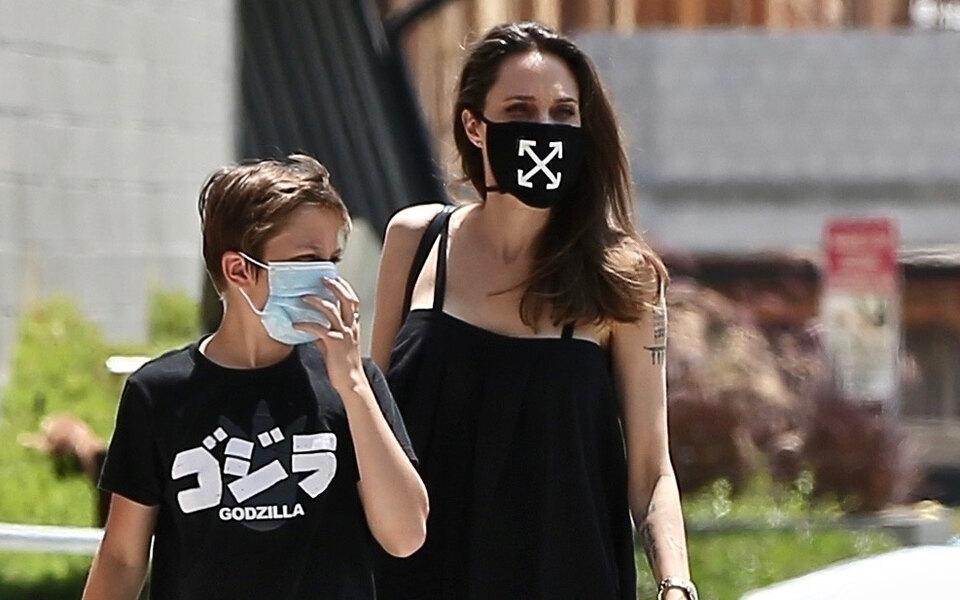 «Когда мы выйдем изпандемии, домашнее насилие уже травмирует детей вСША»: Анджелина Джоли написала колонку овлиянии Covid-19 надетей