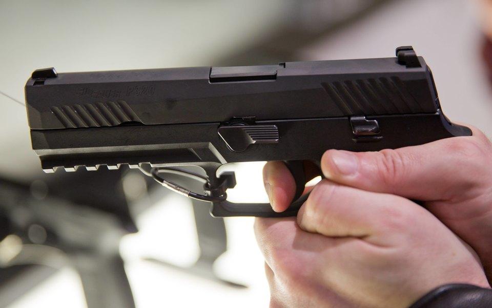 Подросток вСургуте угрожал родителям пистолетом зато, что они заставляли его идти вшколу