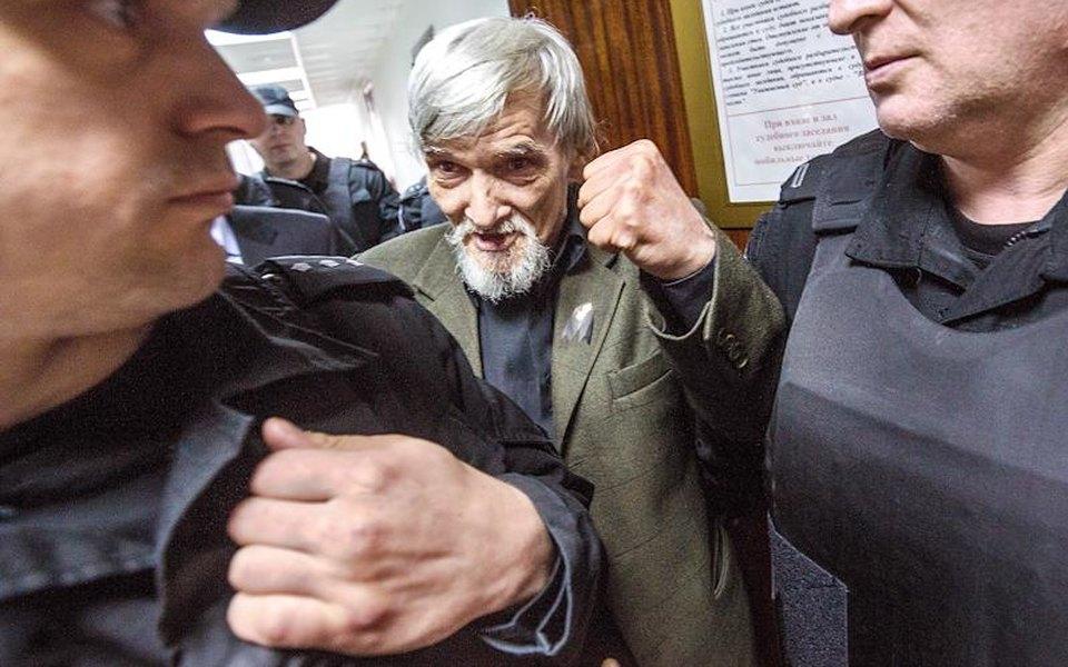 Верховный суд Карелии увеличил срок историку Юрию Дмитриеву с3,5 года до13 лет колонии. Его обвиняют впедофилии