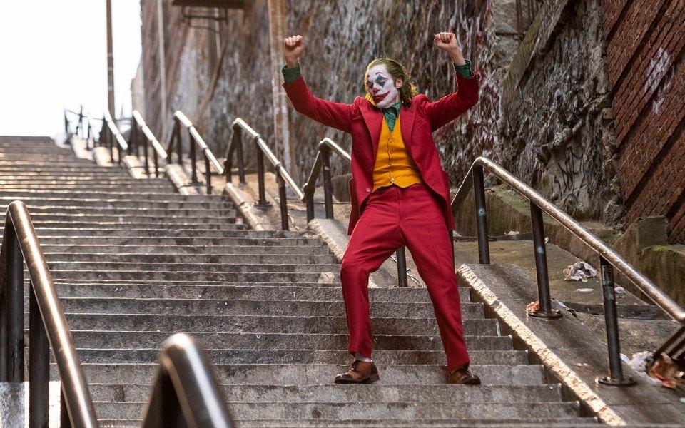 Житель Нью-Йорка снял навидео тот самый момент, когда Хоакин Феникс танцевал налестнице вобразе Джокера