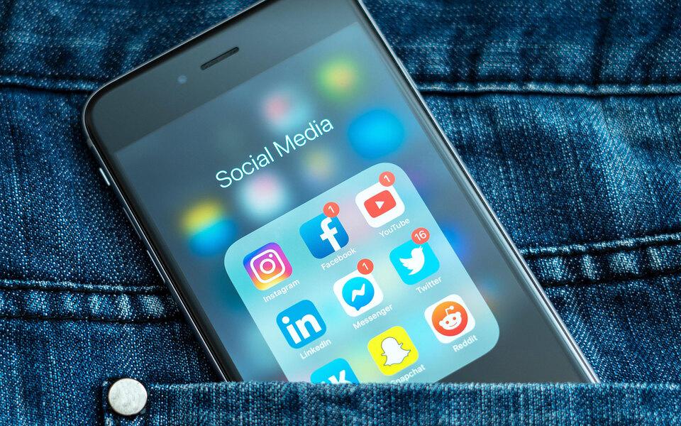 Роскомнадзор завел реестр крупных соцсетей. Туда вошли Facebook, Twitter, Instagram, TikTok, YouTube, но не попал Telegram
