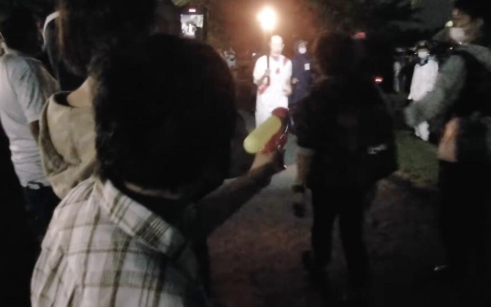 Жительница Токио попыталась потушить Олимпийский огонь водяным пистолетом в знак протеста против проведения соревнований