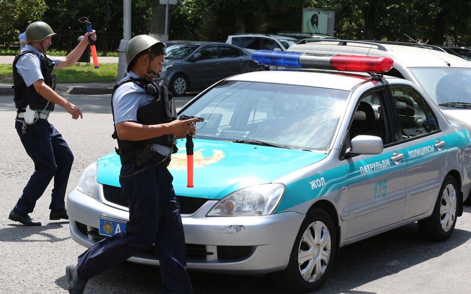 Житель Алматы открыл стрельбу по приставам и полицейским, пришедшим выселить его из дома. Пять человек погибли