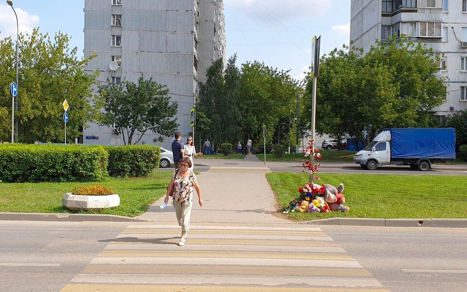 В Москве у пешеходного перехода, где студентка сбила трех детей, установили «лежачего полицейского» и знак ограничения скорости
