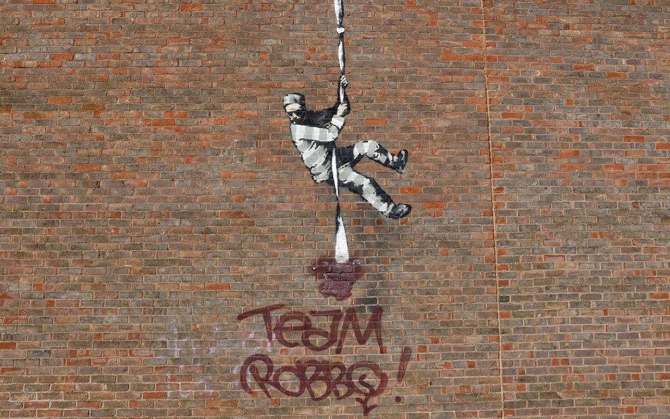 Граффити Бэнкси на стене Редингской тюрьме испортили