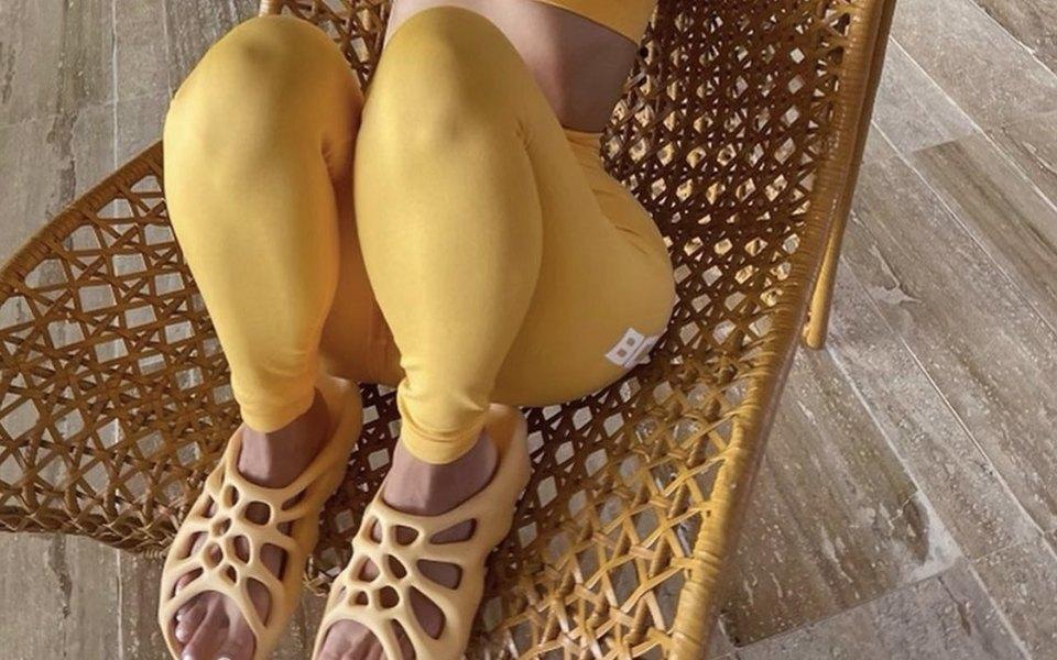 Ким Кардашьян выложила фото вновых шлепанцах Yeezy. Пользователи интернета сравнили обувь свафлями, сыром ичипсами