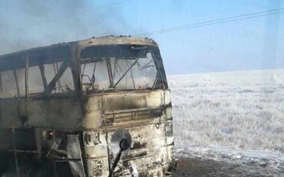 В Казахстане во время движения загорелся пассажирский автобус. Погибли 52 человека