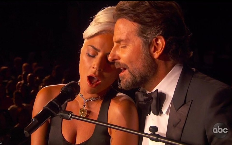 Леди Гага иБрэдли Купер, платье Эммы Стоун икостюм Спайка Ли: все мемы с«Оскара»