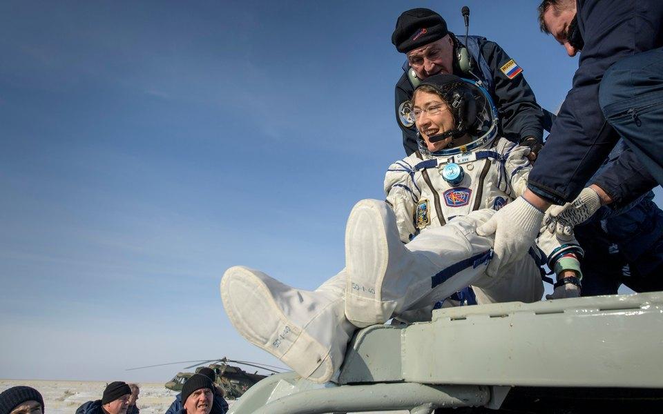 Космонавт Кристина Кох пробыла на МКС рекордные для женщины 328 дней и вернулась на Землю