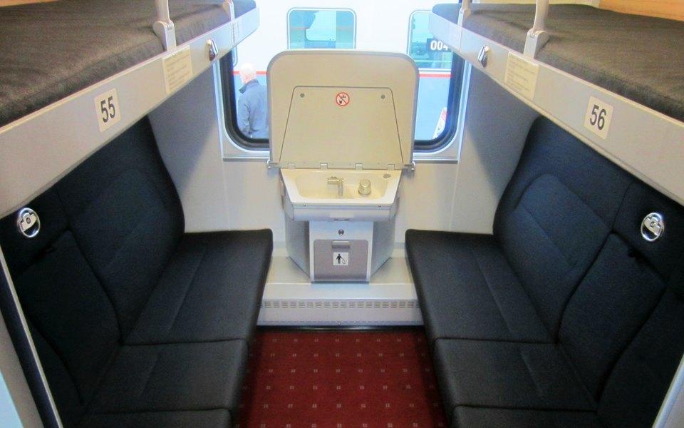 У РЖД новые билеты. Вних прописано, что теперь пассажиры верхних полок имеют законное право сидеть нанижних
