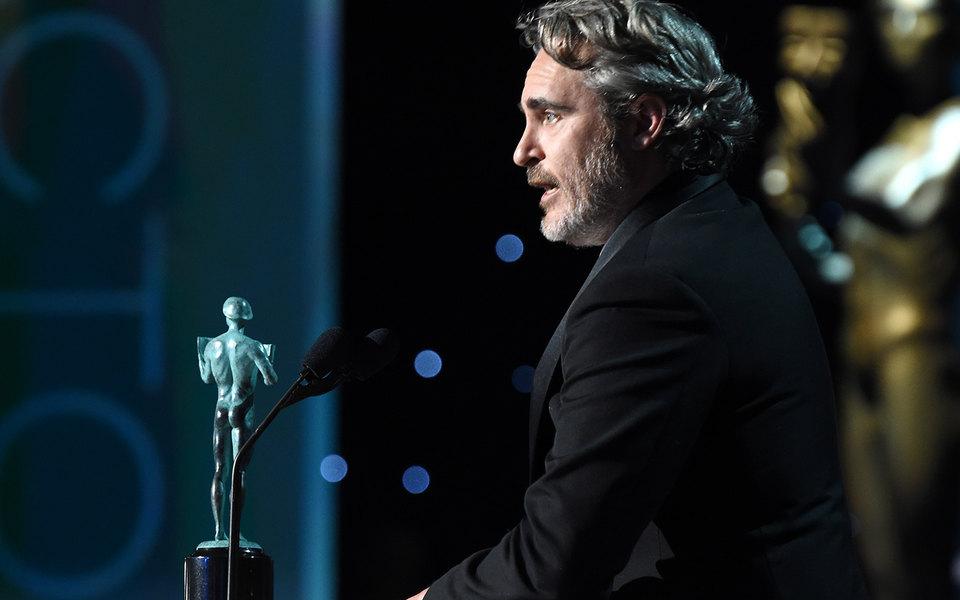 Хоакин Феникс стал лучшим актером поверсии Гильдии киноактеров США. Он поблагодарил со сцены Хита Леджера
