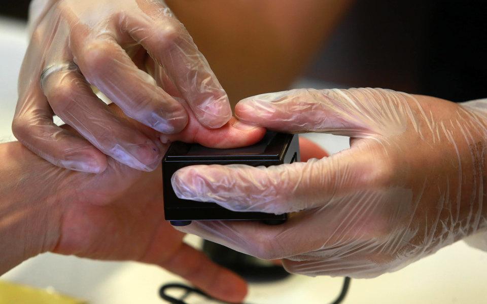 В МВД предложили снимать отпечатки пальцев у мигрантов и выдавать им электронный ID