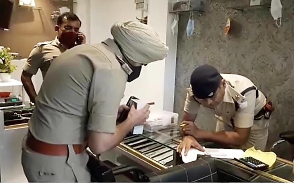 В Индии полицейские 9 лет немогли поймать мошенника — вместо него они каждый раз арестовывали его брата-близнеца