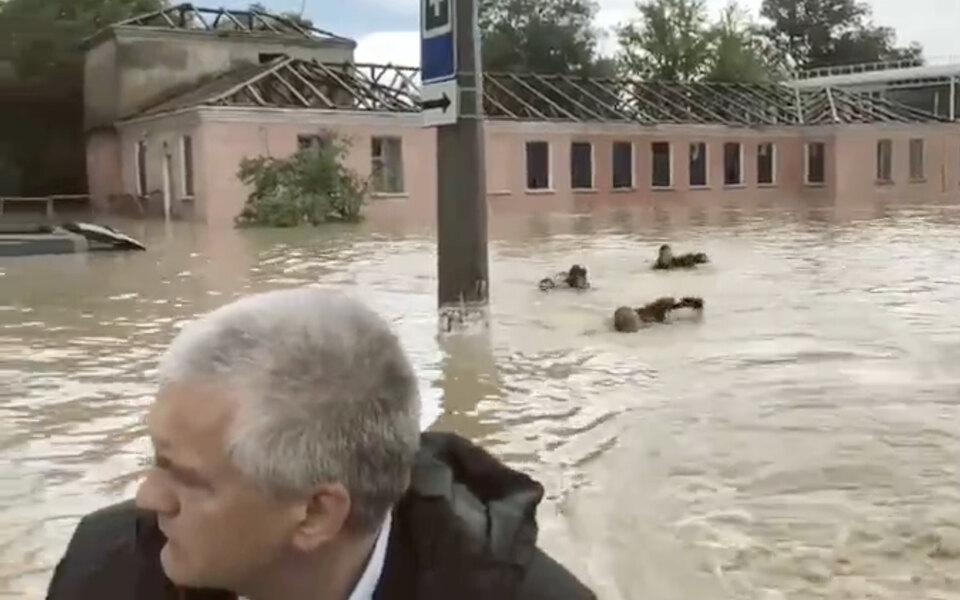Трое человек плыли кролем залодкой Сергея Аксенова, который осматривал затопленную Керчь. Пресс-секретарь главы Крыма незнает, кто эти люди