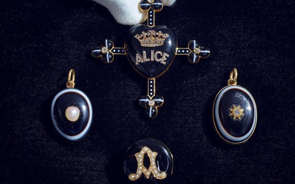 На аукционе Sotheby's продадут украшения королевы Виктории