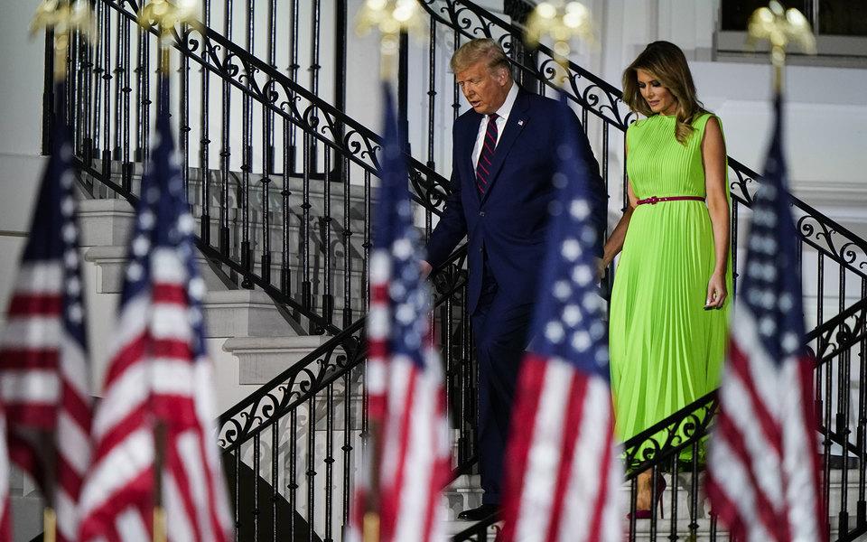 Мелания Трамп пришла насъезд республиканцев взеленом платье. Теперь втвиттере нанего накладывают изображения коронавируса ипрогноза погоды