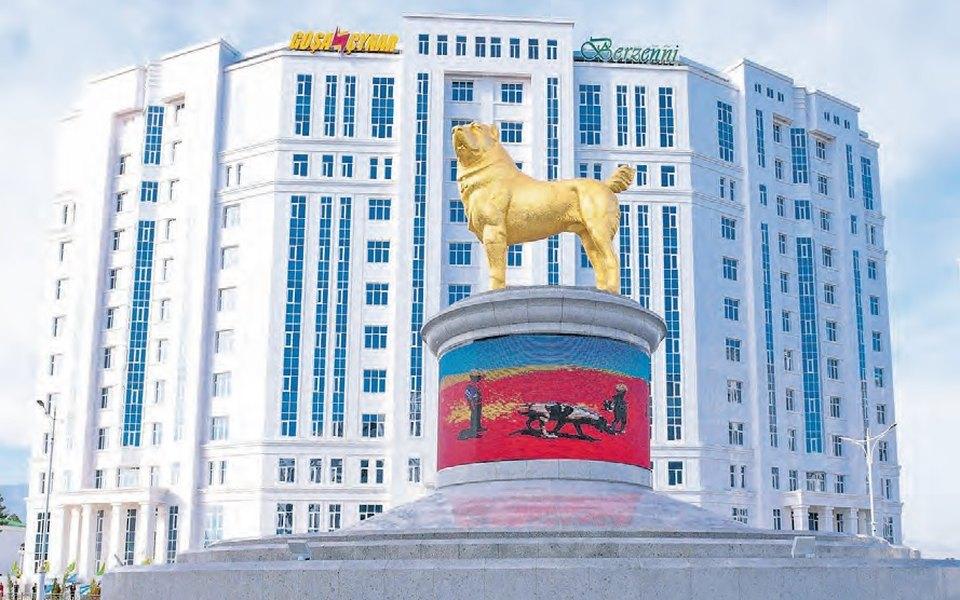 Президент Туркменистана открыл вАшхабаде 15-метровый золотой памятник алабаю