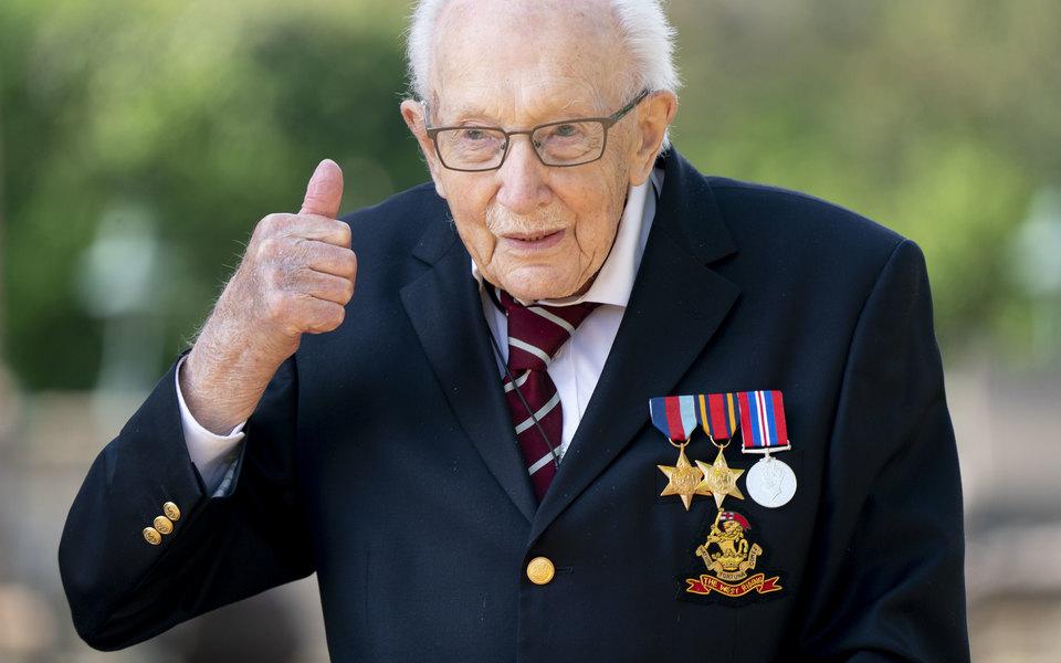 Ветерану, который ходил вокруг дома, чтобы собрать деньги для борьбы с Covid-19, сегодня 100 лет. Его поздравили больше 125 тысяч человек