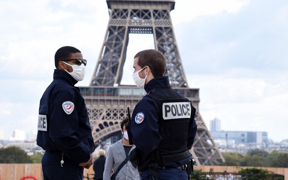 В Париже иеще восьми французских городах из-за коронавируса ввели комендантский час